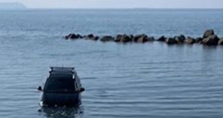 Va a fare la spesa e non inserisce il freno a mano, l'auto finisce in mare