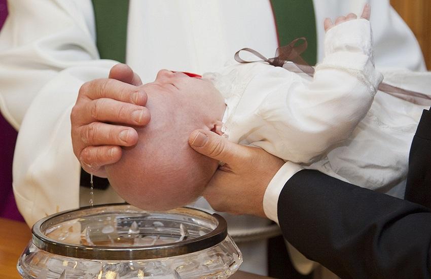 'Scarsa consapevolezza del ruolo', il vescovo di Sulmona: via padrini e madrine dai battesimi