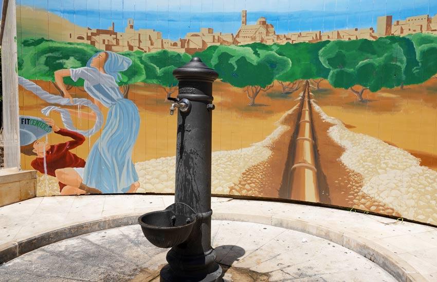 """Bisceglie: nuova vita alla """"cap de firr"""" sullo sfondo del murales di Cambellotti"""