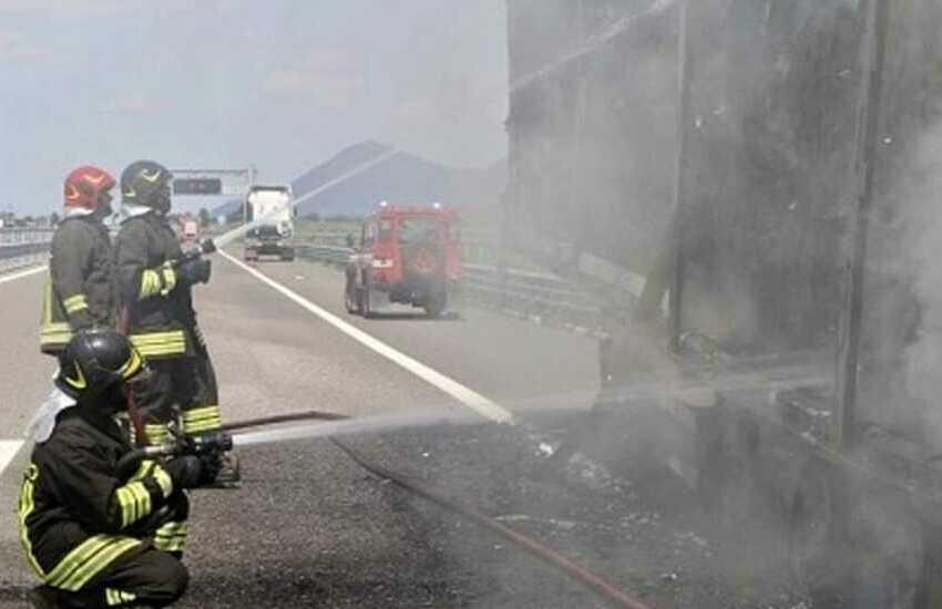Bassa Padovana, camion a fuoco in autostrada sulla Valdastico A31: salvato dai pompieri