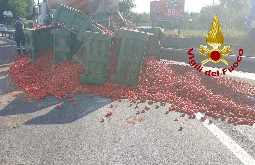 Atripalda – Autotreno perde il carico di pomodori sulla variante 7 bis, traffico in tilt per due ore