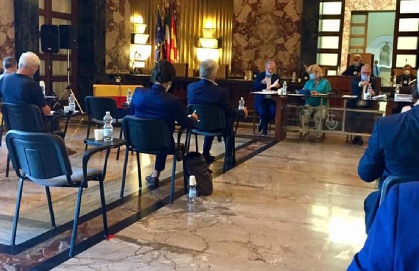 Salerno e il primo Consiglio comunale nell'era covid, il sindaco Napoli si difende