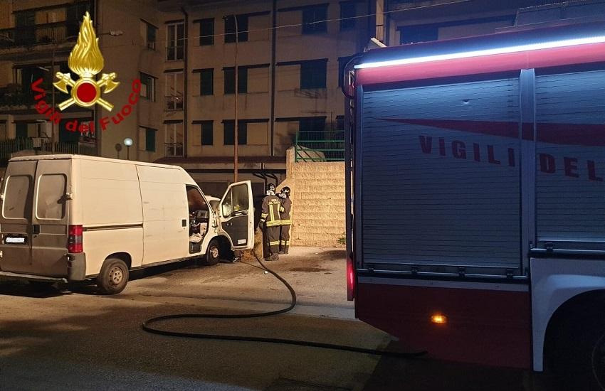 Contrada – A fuoco un furgone, probabile origine dolosa. Indagano i carabinieri di Baiano