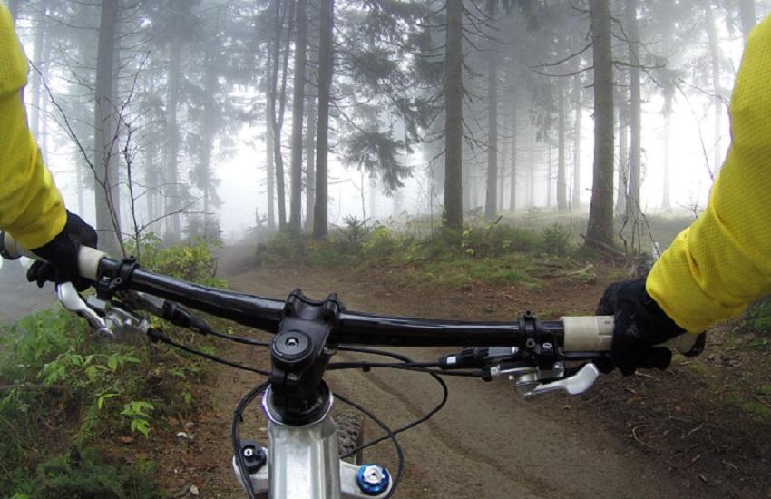 Roio, discesa mortale: batte la testa in bicicletta