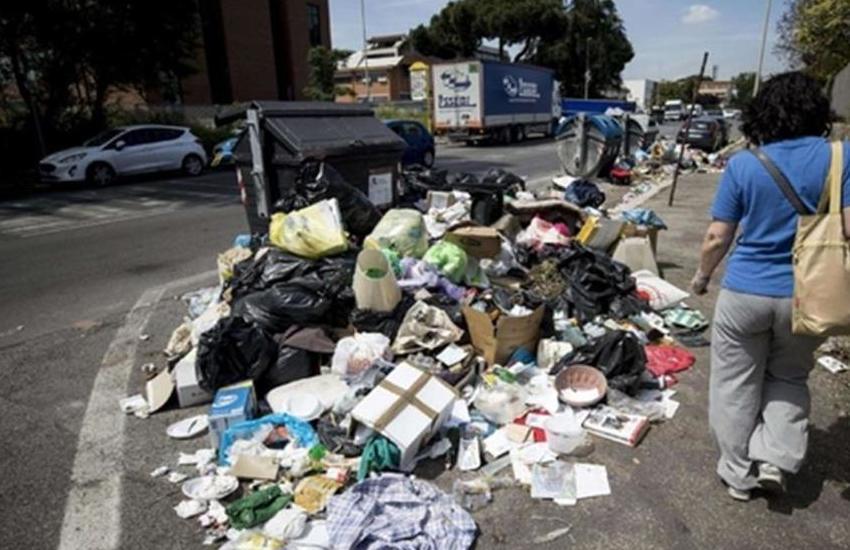 Padova, individuato uomo che lasciava rifiuti ingombranti per strada: fermato dai vigili e multato di 1000 euro