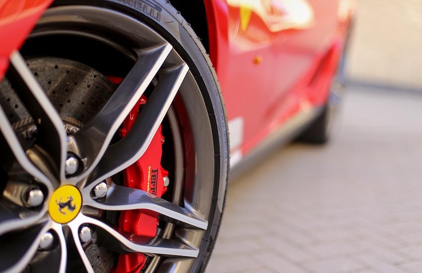 Guida una Ferrari, ma percepisce il reddito di cittadinanza