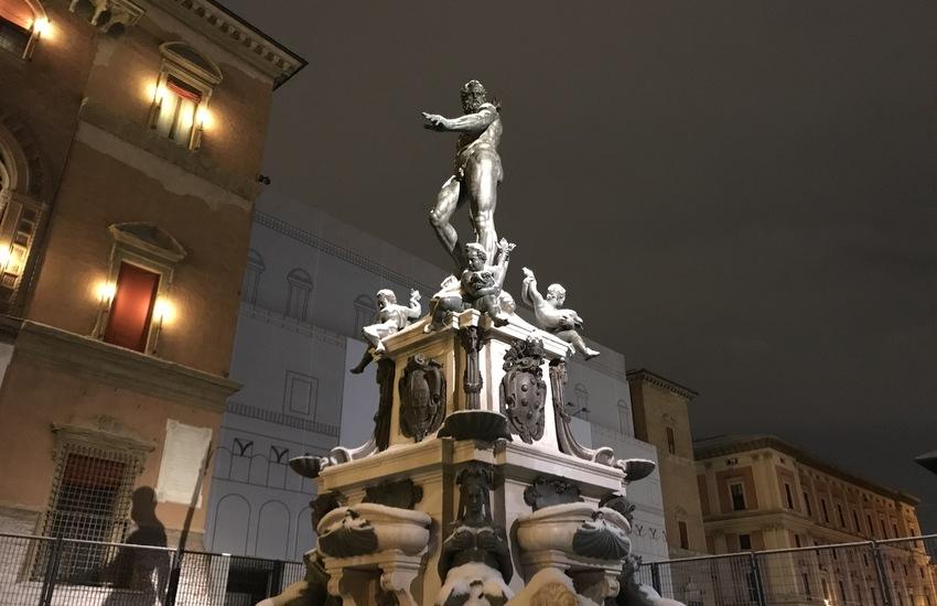 Entrano nella fontana del Nettuno a Bologna