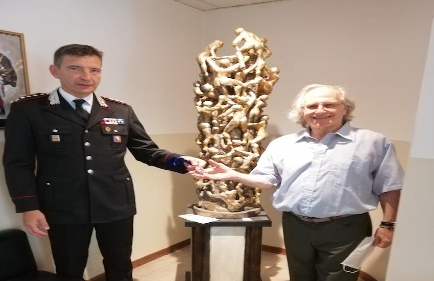 Lo scultore Montagner dona una statua al Comando dei carabinieri come segno di vicinanza