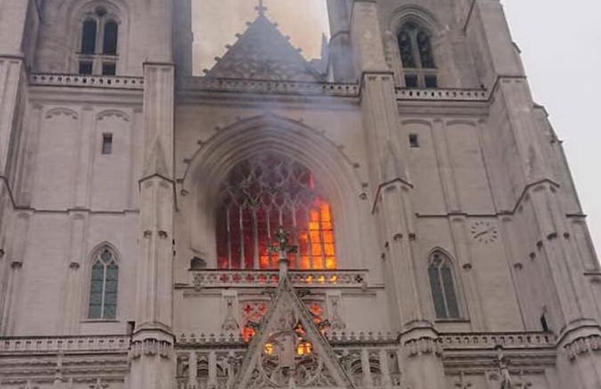 Grave incendio nella  cattedrale di Nantes