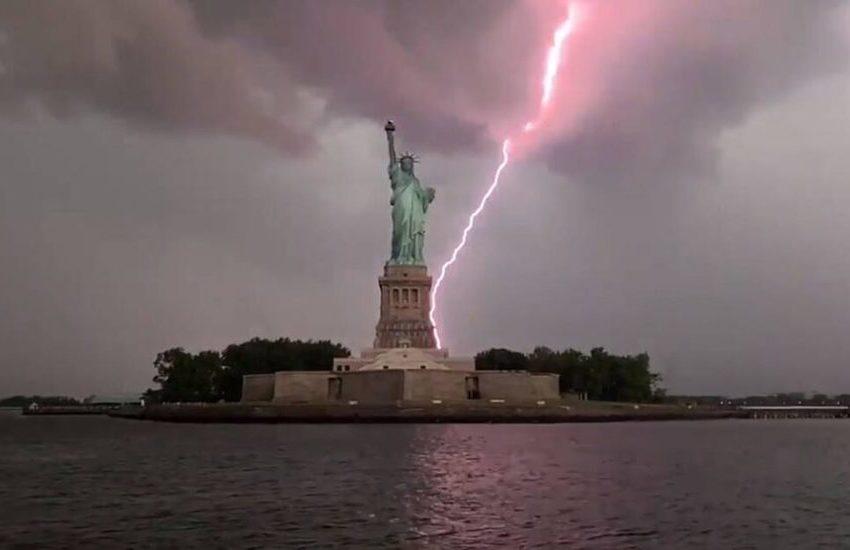 Un fulmine sulla Statua della Libertà. E New York si trasforma in un set naturale