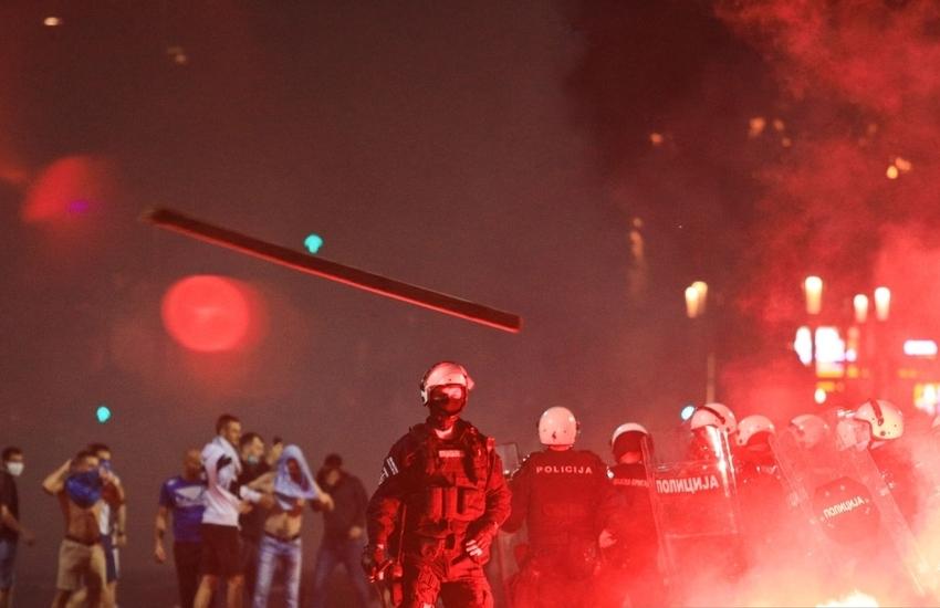 Violenti scontri a Belgrado: dimostranti si scagliano contro le restrizioni anti- covid VIDEO