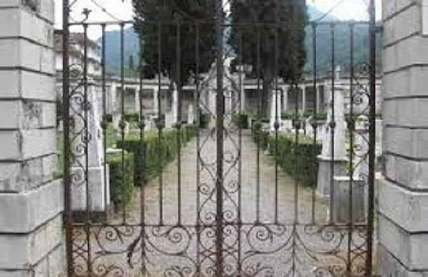 Grottolella – Il sindaco vieta i fiori freschi al cimitero: fino al 31 agosto siano finti