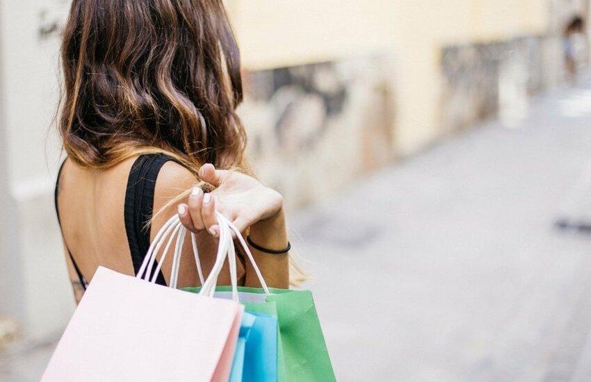 Shopping natalizio, Salerno prova a rialzarsi. Strade del centro piena di cittadini a caccia di regali