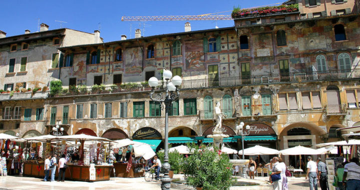 Verona, per tutto luglio banchi aperti a Piazza delle Erbe