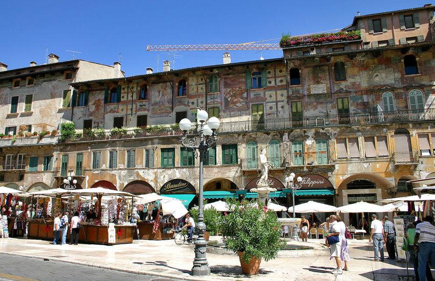Mercato di Piazza Erbe a Verona aperto nei weekend di ottobre