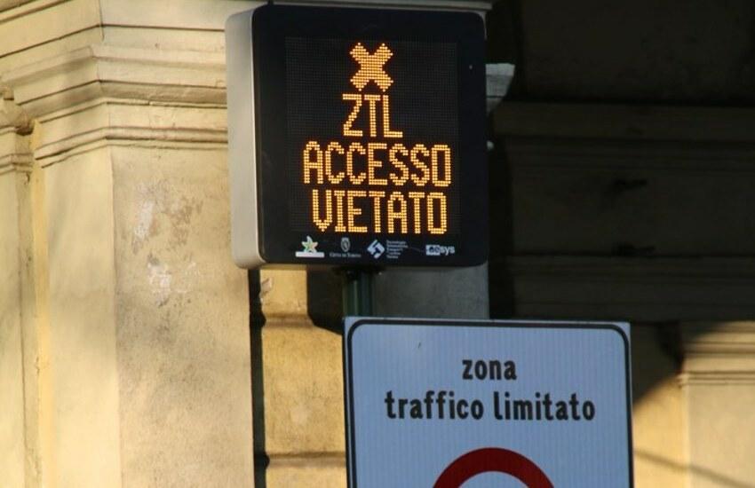 Con un'auto a noleggio prende multe per 33mila euro e sparisce. Trovato dalla Polizia.