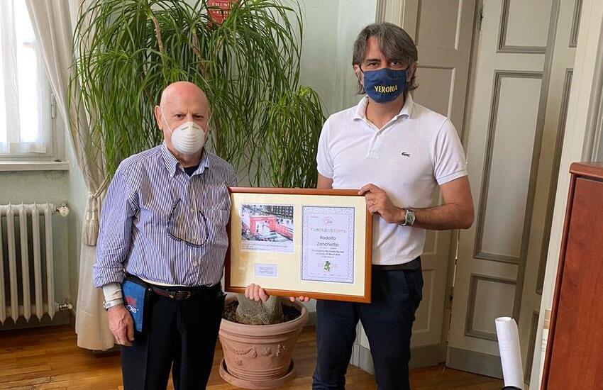 Corre la mezza maratona di Londra a 87 anni: il sindaco di Verona lo incontra