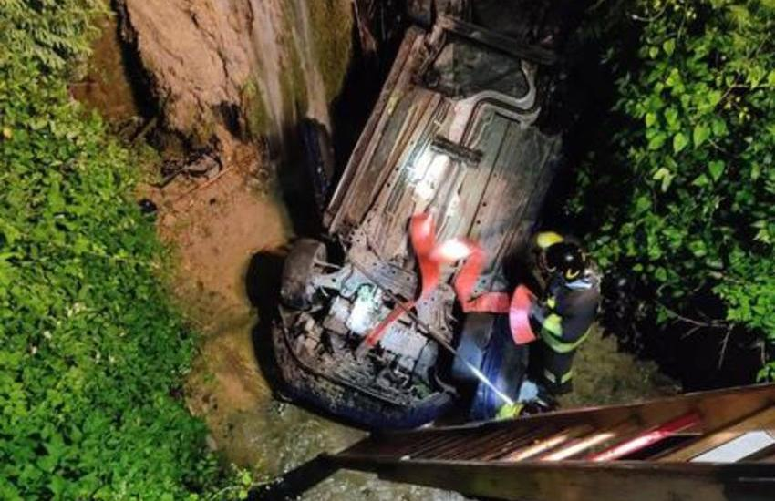 Incidente nel bolognese: auto finisce in un torrente