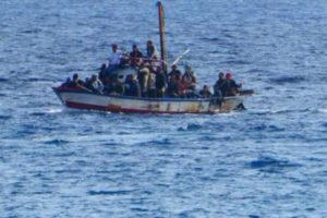 Reggio Calabria, barcone con a bordo diversi migranti giunge sulle coste di Lazzaro