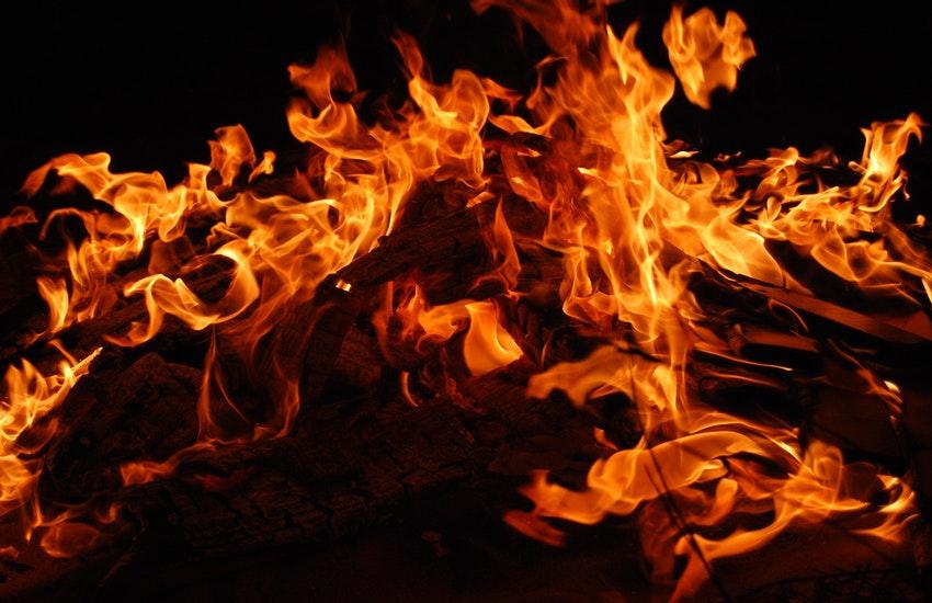 Incendio in un appartamento a Mercato San Severino, carabinieri si lanciano tra le fiamme per salvare un'anziana