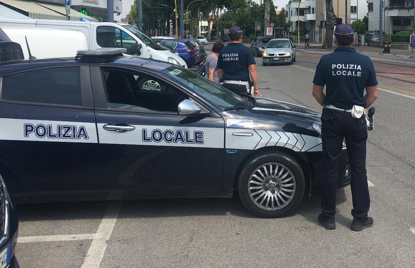 Padova, frontale tra 2 scooter in via dei Colli: traffico in tilt