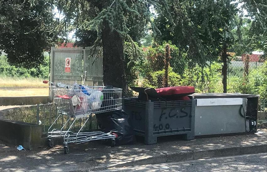 abbandonano rifiuti