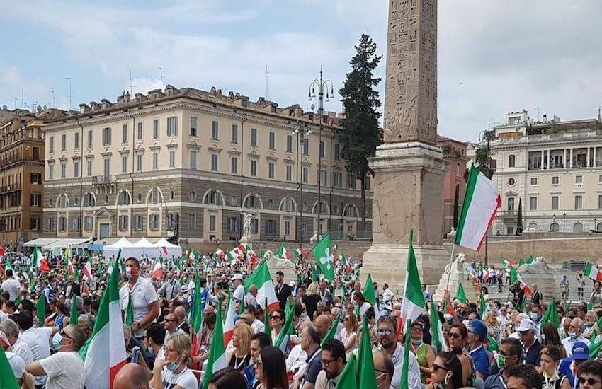 Centrodestra in piazza ma non è un bagno di folla