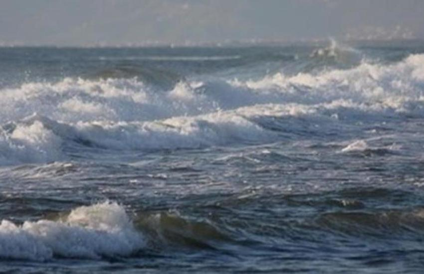 Tenta il suicidio gettandosi nel mare agitato. Lo salvano i Carabinieri