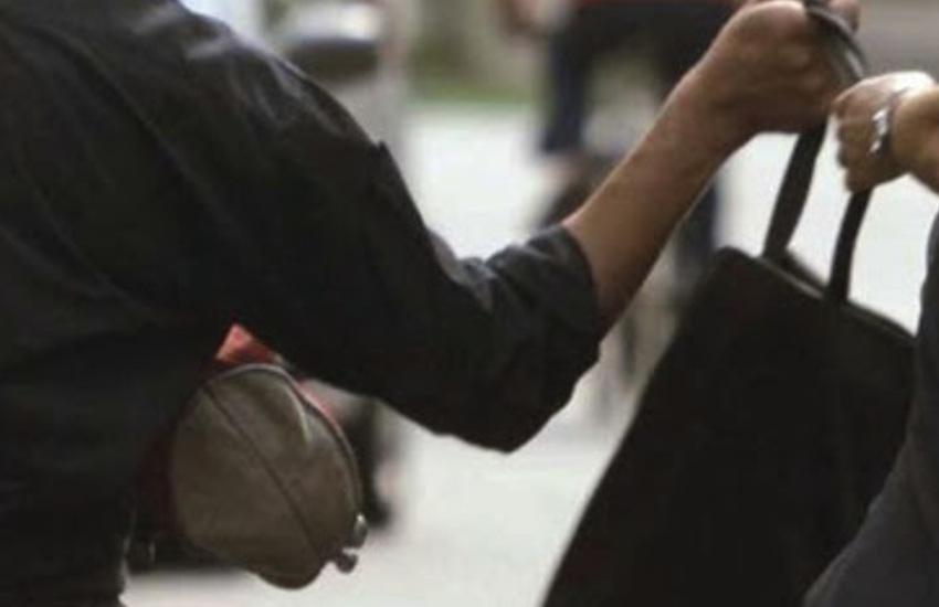 Codevigo, 56enne scippata mentre va a lavoro: ferita lieve