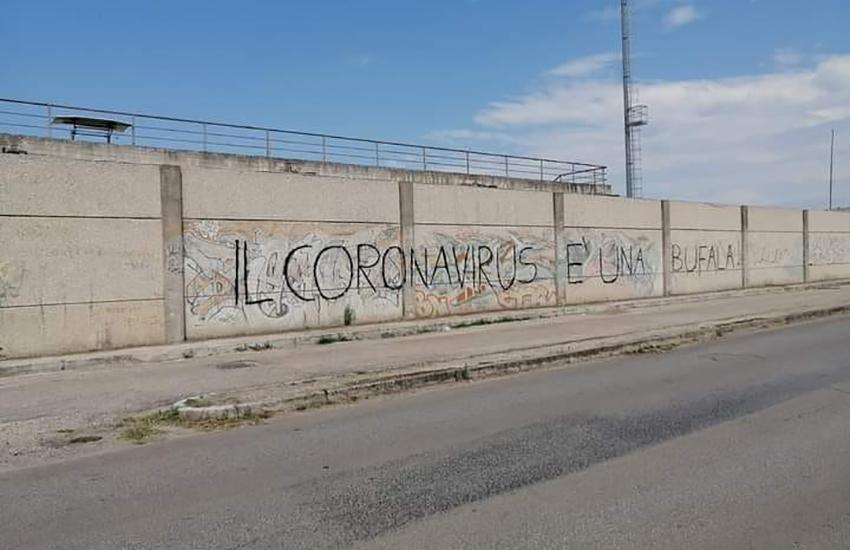 """""""Il Coronavirus è una bufala"""", la scritta sul muro che indigna Macerata Campania"""