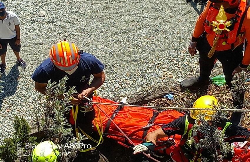 Persona caduta sugli scogli: l'intervento dei Vigili del Fuoco