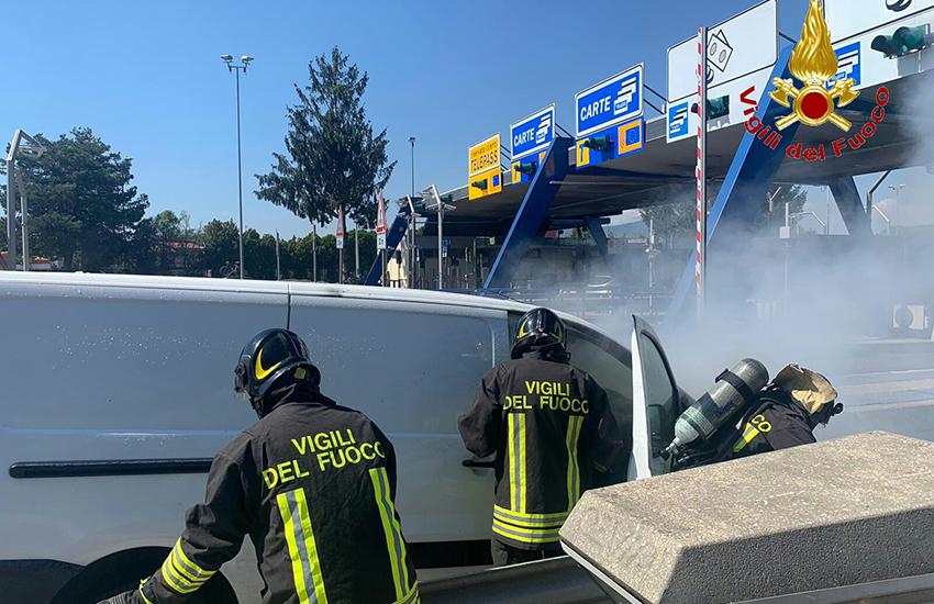 Un furgone prende fuoco all'uscita di Caianello i vigili del fuoco evitano il peggio