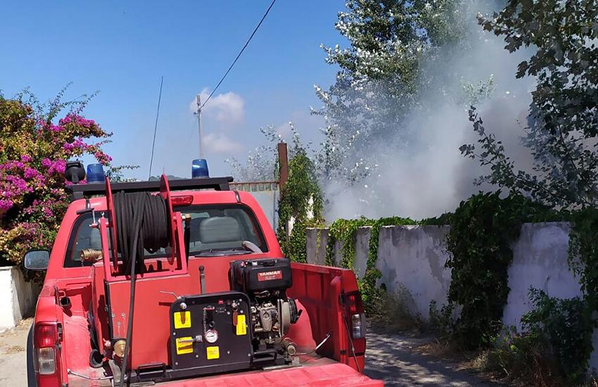 Nella Terra dei Fuochi ancora un incendio domato ha messo a rischio due villette