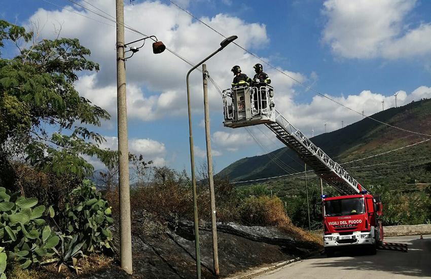 Ancora un incendio che mette a rischio anche i pali telecom a Maddaloni