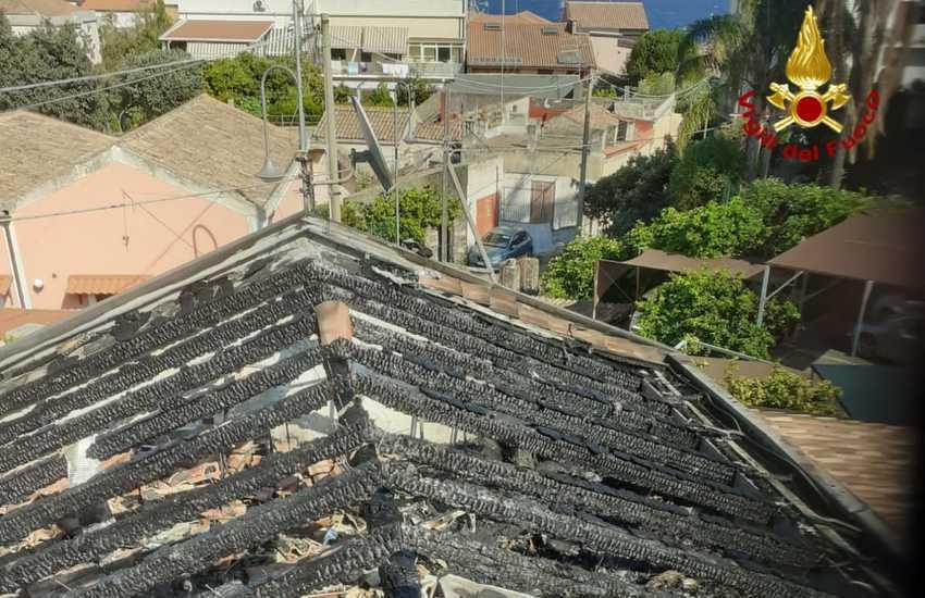 Santa Tecla, va a fuoco il tetto di un'abitazione in via Ariazzi
