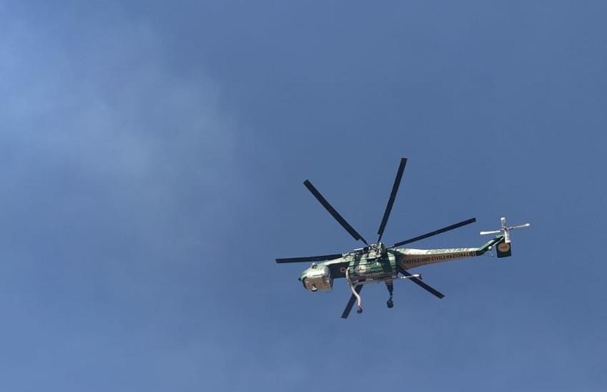 Canadair ed elicotteri dei Vigili del fuoco per domare due grossi incendi a Caltagirone e Linguaglossa