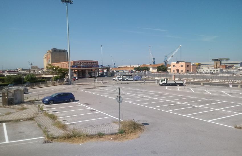 Sbiancati gli stalli blu (120) del parcheggio di Santa Trinita riservato ai residenti