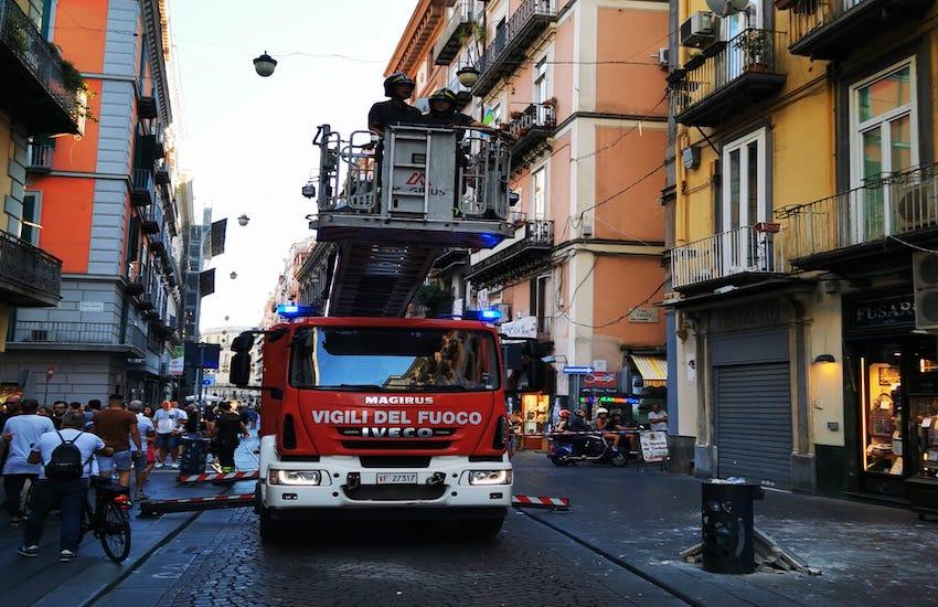 Caduta calcinacci in Via Toledo, molta paura ma nessun ferito