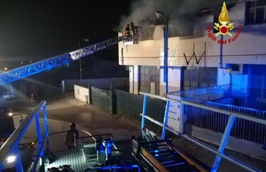 Incendio a Campobasso, distrutto un deposito di abbigliamento