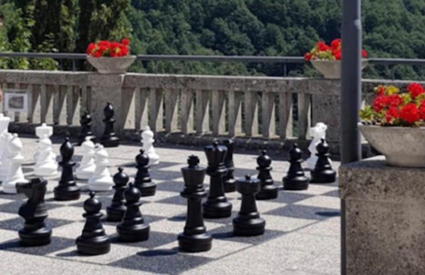 In Molise, a San Pietro Avellana, una piazza diventa scacchiera