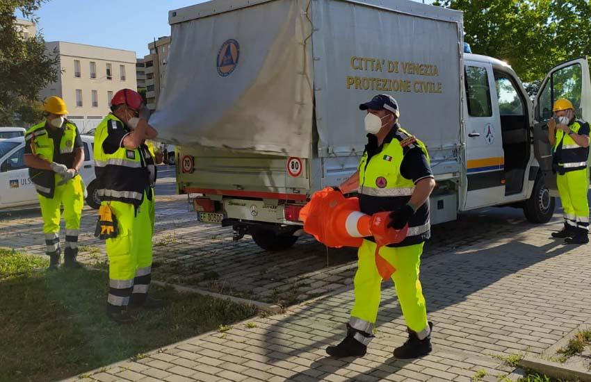 Favaro Veneto, Coronavirus: la Protezione Civile in campo per assistere i cittadini in fila per sottoporsi al tampone