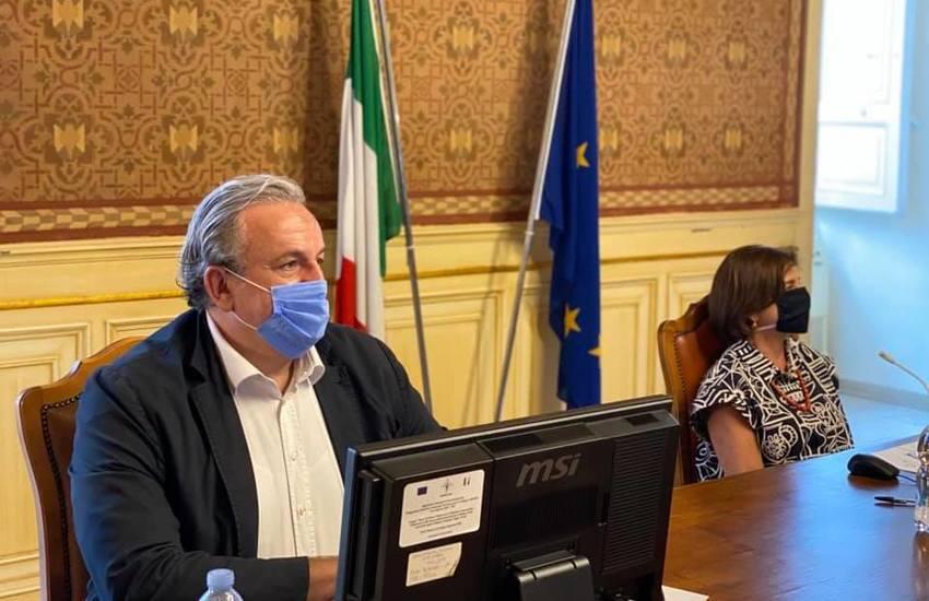 Tampone obbligatorio per chi torna dalla Sardegna. La stretta di Emiliano in Puglia