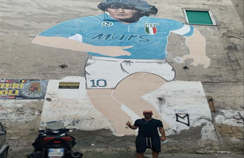 Fabio Quagliarella torna nella sua Napoli e si fotografa sotto il murales di Maradona ai Quartieri Spagnoli