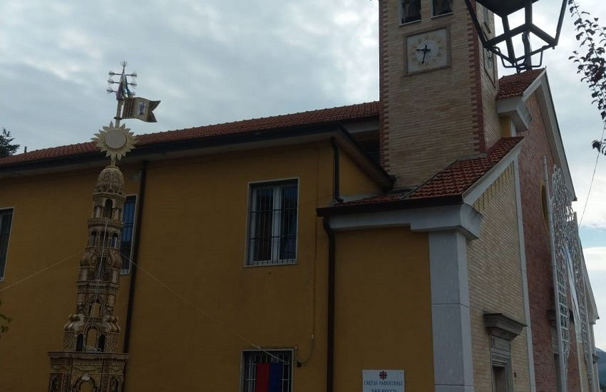 Flumeri – A sorpresa spunta la guglia del giglio di paglia di fianco alla chiesa di san Rocco