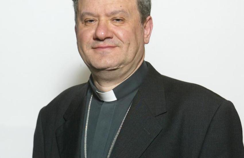 Terra dei fuochi, il Vescovo di Acerra: «Qui usiamo la mascherina per proteggerci dalla puzza nauseabonda»