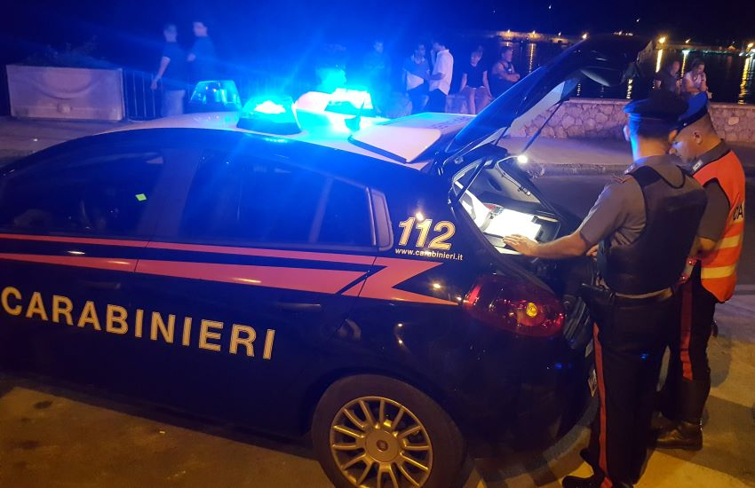 Lioni – Alla guida del furgone urta le auto in sosta e subito dopo viene bloccato per aver partecipato ad una rissa