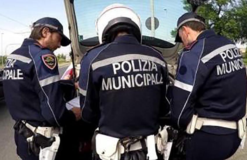 Polizia municipale, maxi sequestro di appartamenti e macchinari per confezioni