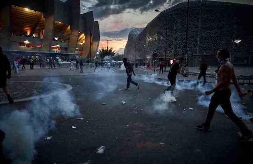 Psg ko in Champions, notte di scontri tra tifosi e polizia a Parigi: 148 arresti