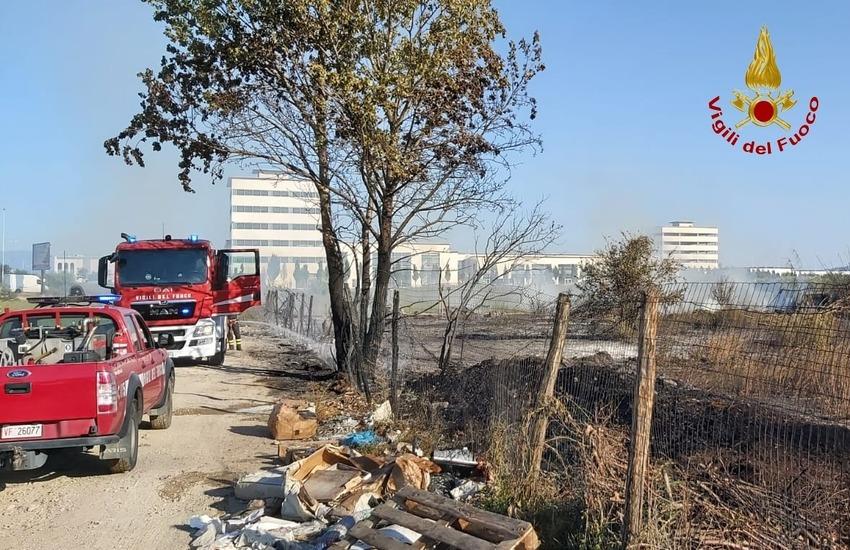 Vasto incendio al Macrolotto fortunatamente  domato in tempi brevi