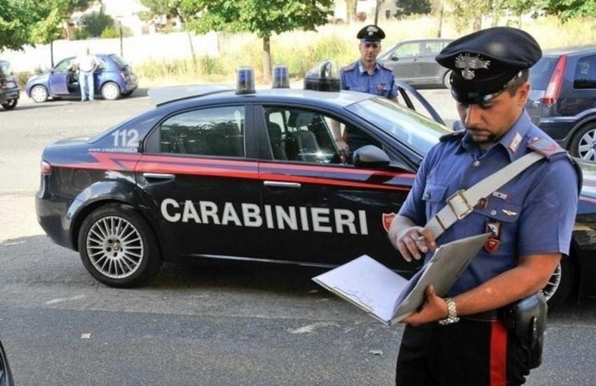 Parma, donna rifiuta controlli all'interno di un bar e picchia i carabinieri. Arrestata